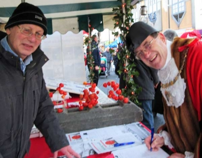 Jon Supran (left) and The Mayor of Barnet, Councillor Hugh Rayner, signing the free parking petition